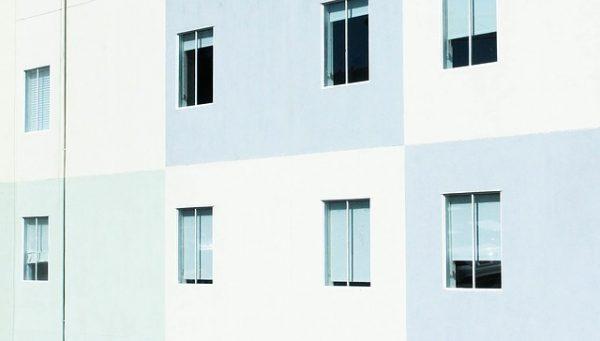 アパートの窓を開けて換気している風景