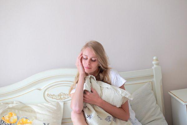 抱き枕を抱いている女性