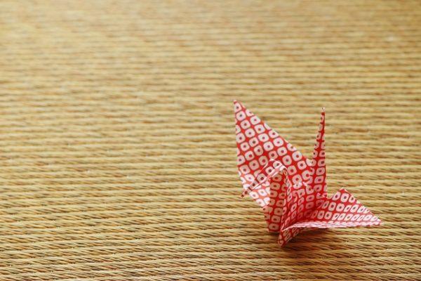 畳の上においてある折り紙