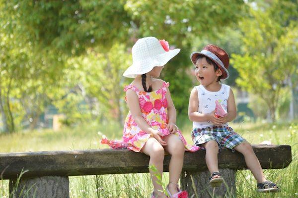 帽子をかぶっている子供達