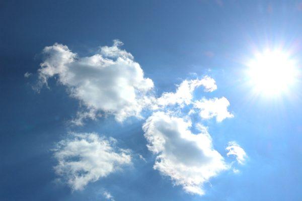 ギラギラと輝く熱い太陽