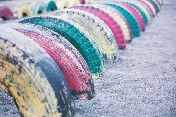 ペンキで塗られたタイヤの遊具