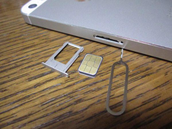 SIMカードを取ります
