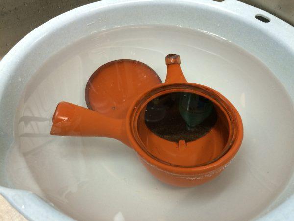 容器に水を張ります