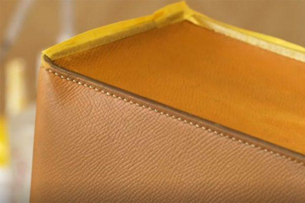 572c96c088702 革の端の少し厚い黒の部分をコバと呼びます。 コバも、鞄本体の色とは違うためマスキングテープを貼っていきます。 ここで、保科さんが使っているのは、意外にも市販の  ...