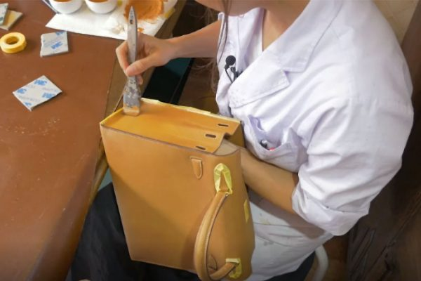 6521b70d1e6a1 しかし、市販の色補修剤は『簡単に色がつく』と謳っているだけに、つけた色自体も落ちやすいんですね。そのため、乾いた状態でも、鞄などにつけた色補修剤が服について  ...